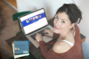 cómo encontrar motivación para cambiar tu vida mujer escribiendo 300x200 - cómo-encontrar-motivación-para-cambiar-tu-vida-mujer-escribiendo