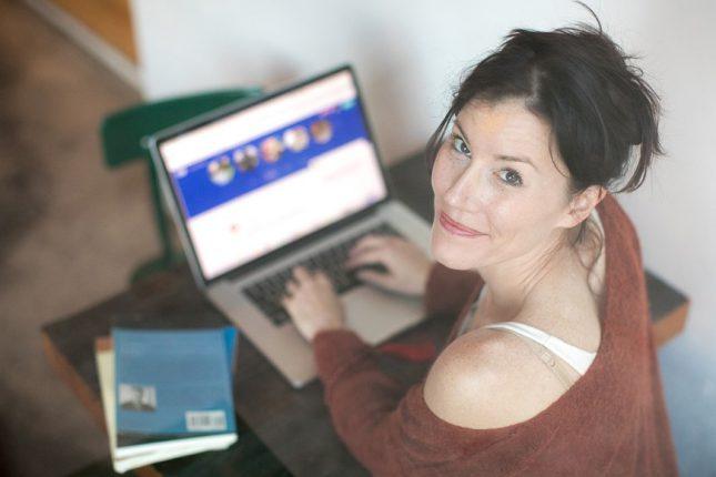 cómo-encontrar-motivación-para-cambiar-tu-vida-mujer-escribiendo