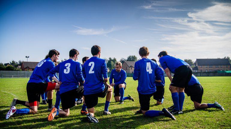 Equipo de fútbol 770x430 - Cómo formar tu equipo perfecto para cualquier deporte