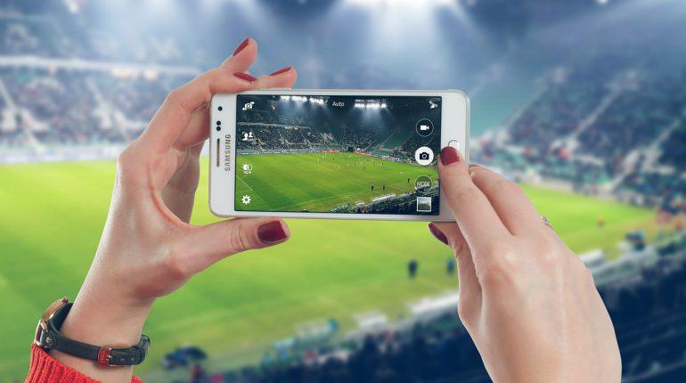 tomando foto 770x430 - La importancia de Internet para la supervivencia de los clubes deportivos